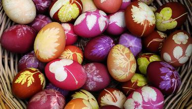 Пасхальные яйца с отпечатками листьев